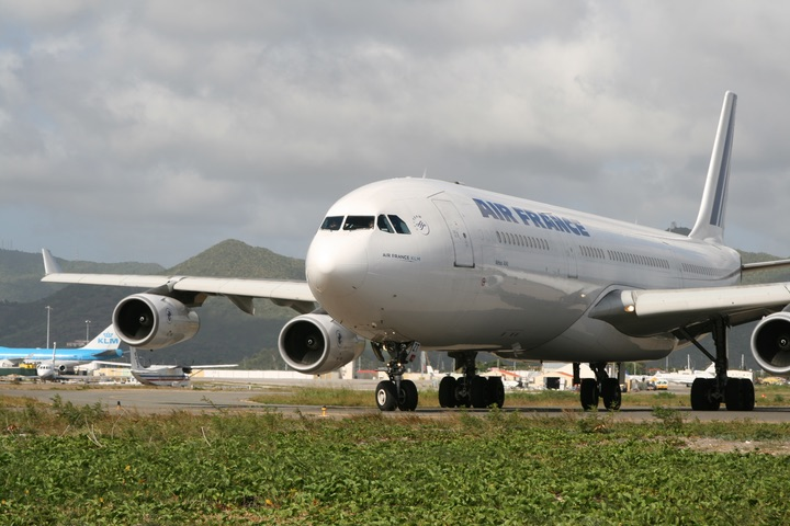 AF A340-300 MahoBeach Takeoff