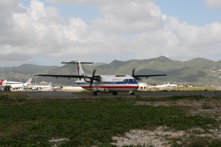 OW ATR72-200 MahoBeach